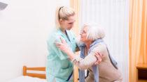 Patientenschützer fordern mehr Kontrollen ambulanter Pflegedienste. Manche von ihnen versuchen offenbar, Qualitätsprüfungen zu umgehen, indem sie dem MDK den Zugang zur Wohnung des Pflegebedürftigen versperren. (Bild: drubig-photo/fotolia.com)