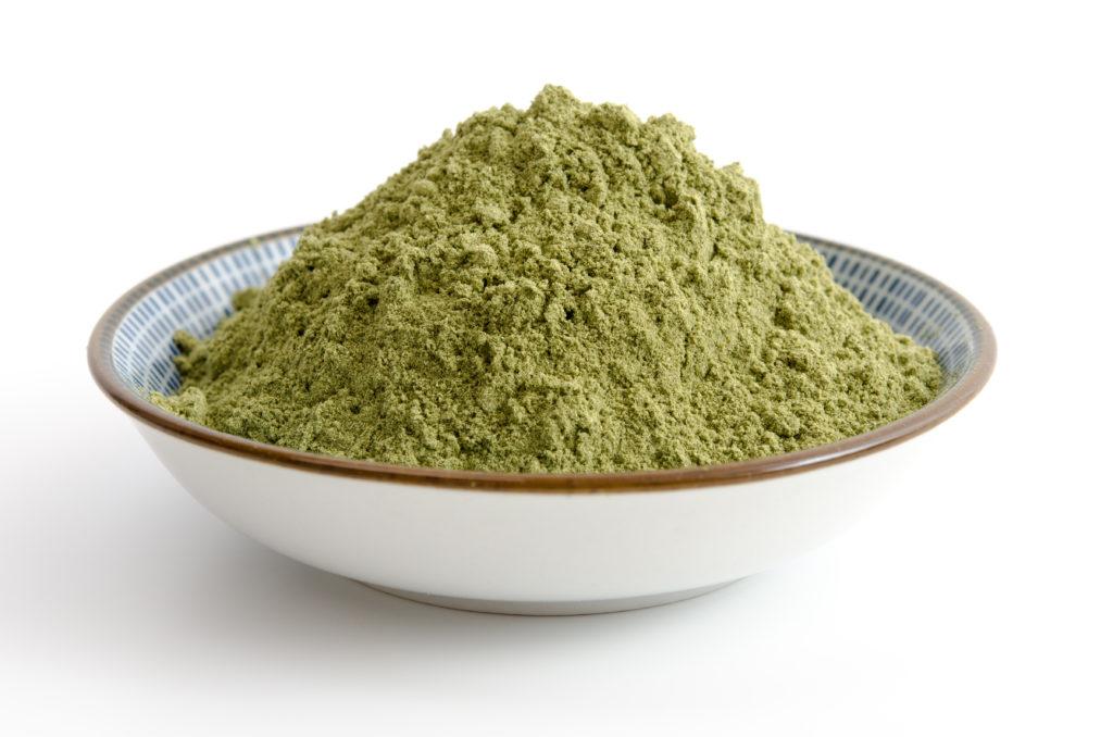 Die Hanoju Deutschland GmbH ruft verschiedene Nahrungsergänzungsmittel mit Weizengraspulver zurück. Die betroffenen Produkte können gesundheitsgefährdende Colibakterien enthalten. (Bild: emuck/fotolia.com)