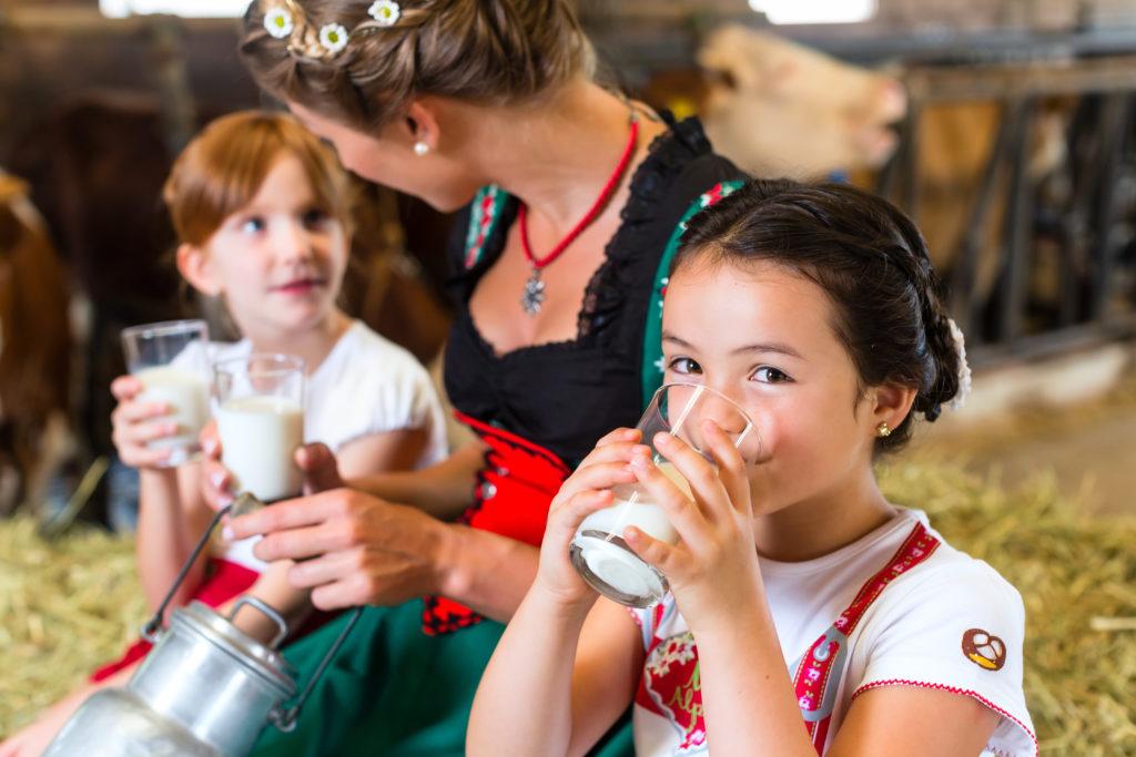 Rohmilch vom Bauernhof sollte vor dem Trinken unbedingt abgekocht werden. Nur so können gesundheitsschädliche Keime verlässlich abgetötet werden. (Bild: Kzenon/fotolia.com)