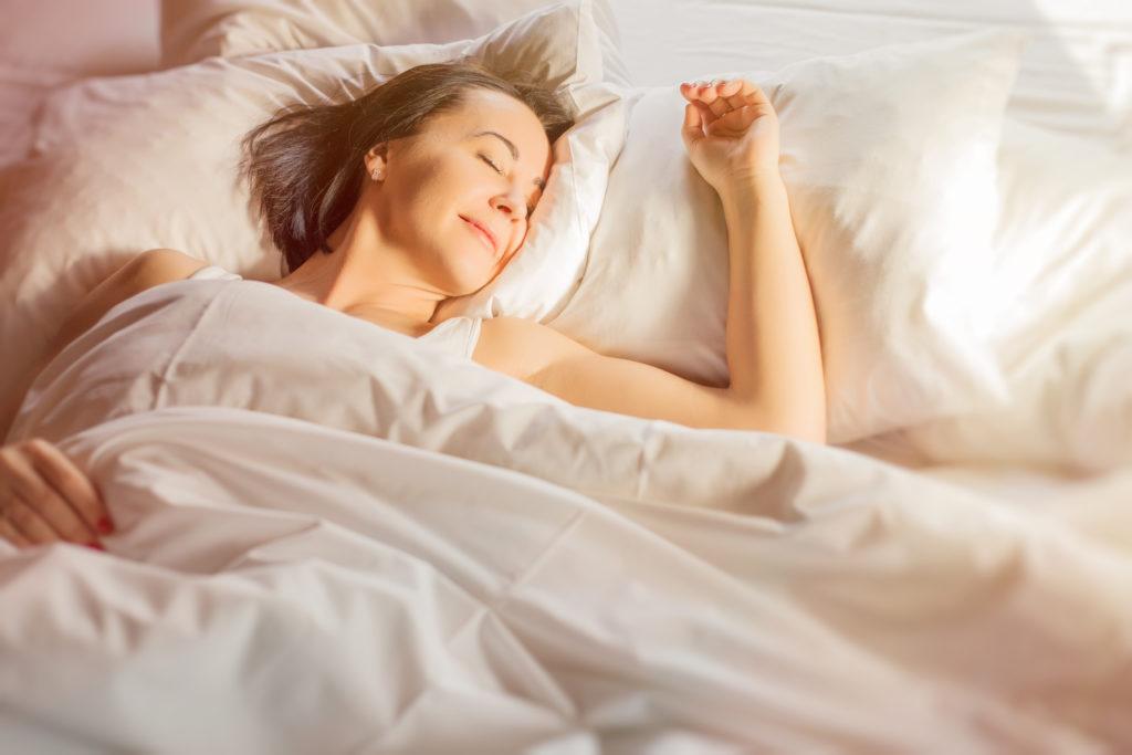 Ausreichender Schlaf ist wichtig für die Gesundheit. Doch oft wird die erholsame Nachtruhe gestört. In einer Umfrage klagte etwa jeder Zehnte über den schnarchenden Partner. (Bild: Kaspars Grinvalds/fotolia.com)