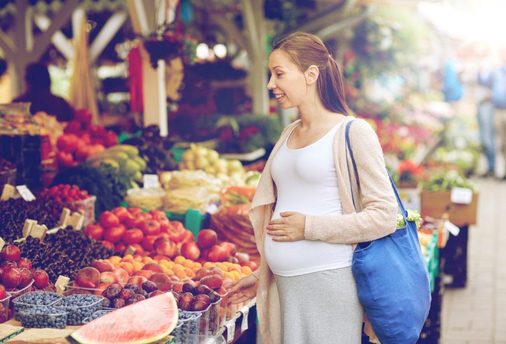 Schwangere Frauen sollten ganz besonders darauf achten, was bei ihnen auf den Tisch kommt. Dies gilt verstärkt für Veganerinnen. Eine Politikerin fordert jetzt eine Ernährungsberatung für sie. (Bild: Syda Productions/fotolia.com)