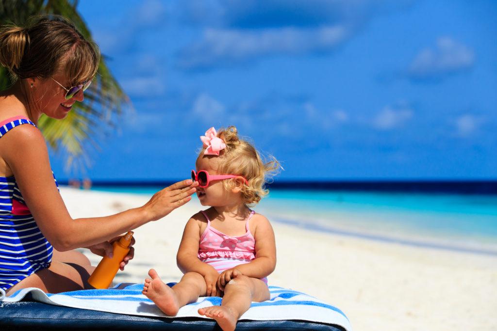 Eltern sollten bei ihrem Nachwuchs stets auf einen ausreichenden Sonnenschutz achten. Die Kinder sollten mehrmals und reichlich eingecremt werden. (Bild: nadezhda1906/fotolia.com)