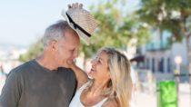 Wer sich länger im Freien aufhält, sollte stets auf ausreichenden Sonnenschutz achten. Dies gilt besonders für Senioren. Im Alter wird die Haut empfindlicher für Sonnenstrahlen. (Bild: contrastwerkstatt/fotolia.com)