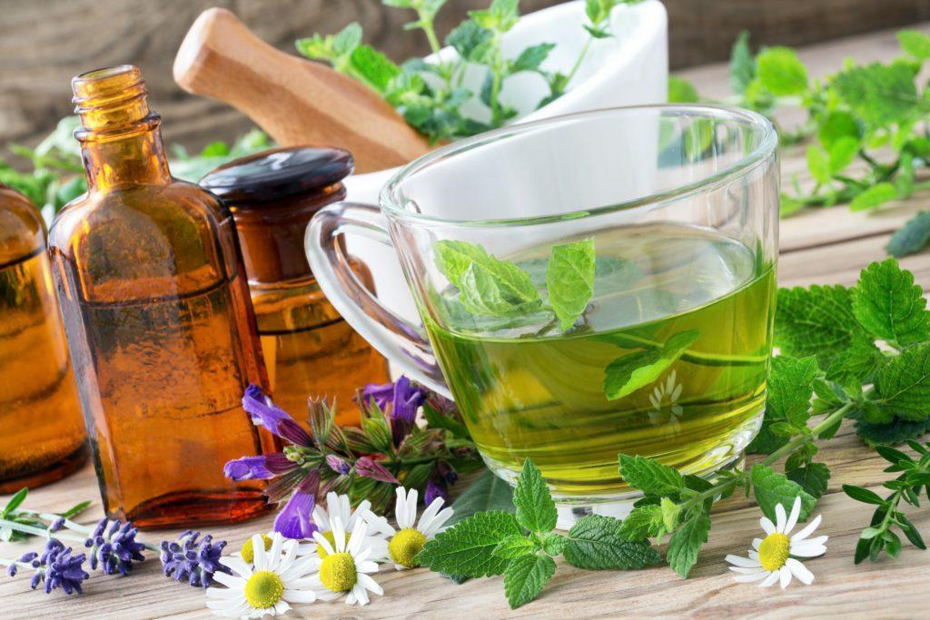 Teemischungen auf Basis von Heilpflanzen sind bei Reizhusten ein besonders wirksames Hausmittel. (Bild: PhotoSG/fotolia.com)