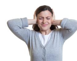 Ein ständiges Klingen oder Rauschen in den Ohren kann für Betroffene zur Qual werden. Genau unter solchen Symptomen leiden Menschen mit Tinnitus. Was sind die effektivsten Möglichkeiten, um die Auswirkungen der Krankheit zu verringern? (Bild: Daniel Ernst/fotolia.com)