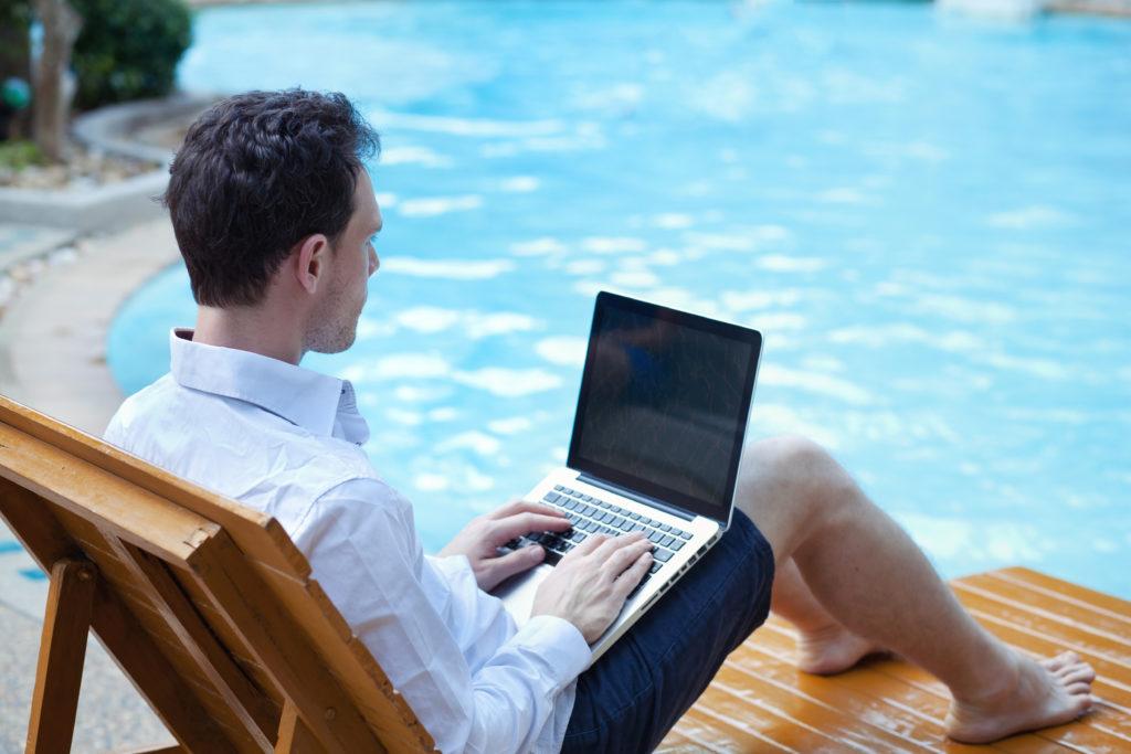 Eigentlich ist ein Urlaub dazu da, sich zu erholen und frische Kraft zu tanken. Doch viele Arbeitnehmer sind auch in der arbeitsfreien Zeit ständig erreichbar und können nicht richtig abschalten. Das gefährdet die Gesundheit. (Bild: anyaberkut/fotolia.com)