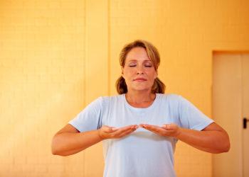 Richtiges Atmen kann dabei helfen, Stress zu reduzieren und seelischem Ungleichgewicht entgegenzuwirken. (Bild: Robert Kneschke/fotolia.com)