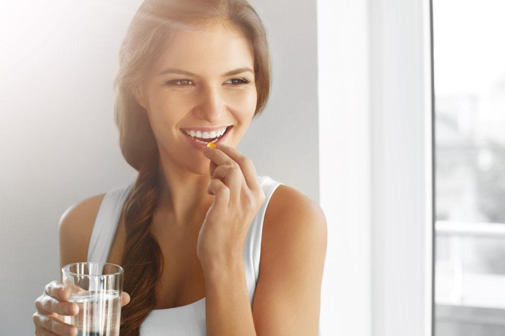 Vitamin D-Mangel kann zu ernsthaften Erkrankungen führen. Bei fehlendem Vitamin D werden unsere Knochen und Muskeln geschwächt und können sogar dauerhaften Schaden nehmen. Wissenschaftler aus Großbritannien raten jetzt dazu, dass alle Menschen zumindest in den Wintermonaten Vitamin D-Präparate einnehmen sollten. (Bild: puhhha/fotolia.com)