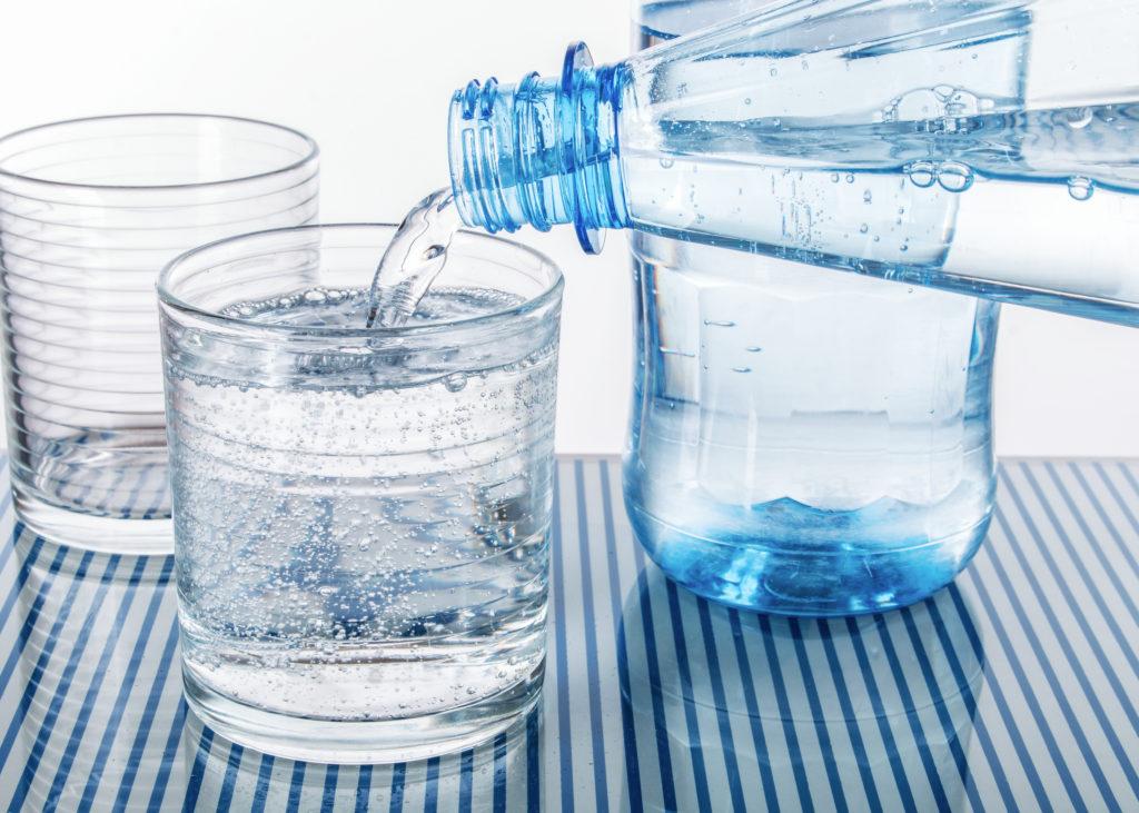 Stilles Mineralwasser verspricht eine besondere Qualität, doch ist Leitungswasser den angebotenen Produkten oftmals überlegen.  (Bild: v.poth/fotolia.com)