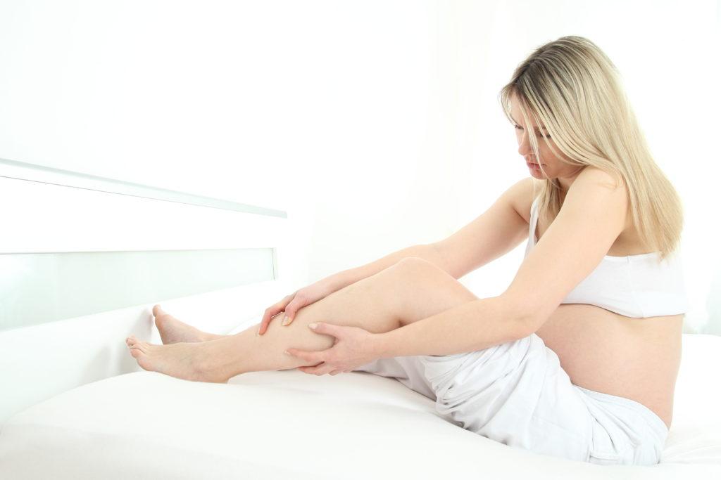 In der Schwangerschaft kommt es bei vielen Frauen zu Wassereinlagerungen in den Beinen. Manche denken, es helfe dann, weniger zu trinken und den Salzkonsum zu reduzieren. Doch beides bleibt wirkungslos. (Bild: RioPatuca Images/fotolia.com)