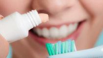 """Welche Zahnpasta ist tatsächlich zur täglichen Zahnpflege geeignet? Das Verbrauchermagazin """"Öko-Test"""" hat 38 Produkte in einer aktuellen Untersuchung überprüft. (Bild: Voyagerix/fotolia.com)"""