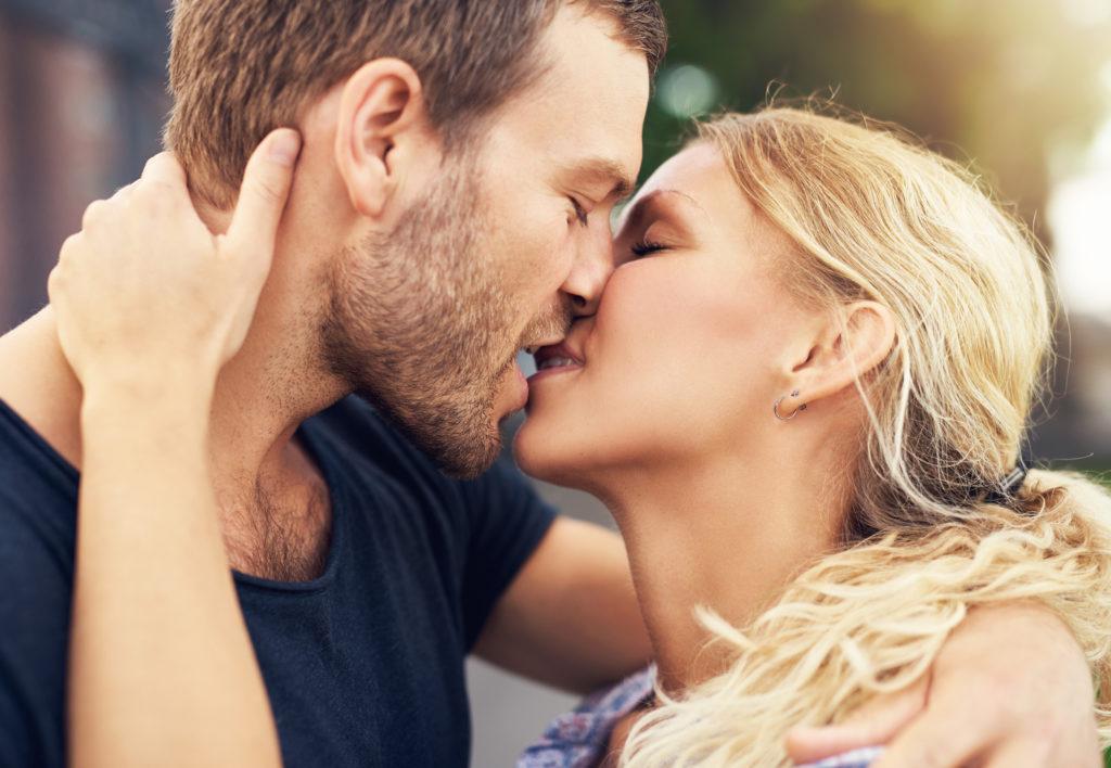 Konzentration auf das Wesentliche beim Küssen. Bild: UBER IMAGES - fotolia