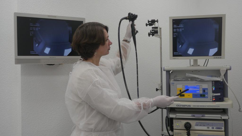 Eine Darmspiegelung wird mit modernen Geräten durchgeführt.