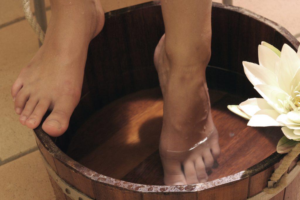 Bei Fußpilz können auch einfache Hausmittel wie Fußbäder und Waschungen mit Tee oder Essig helfen. (Bild: Wieselpixx/fotolia.com)