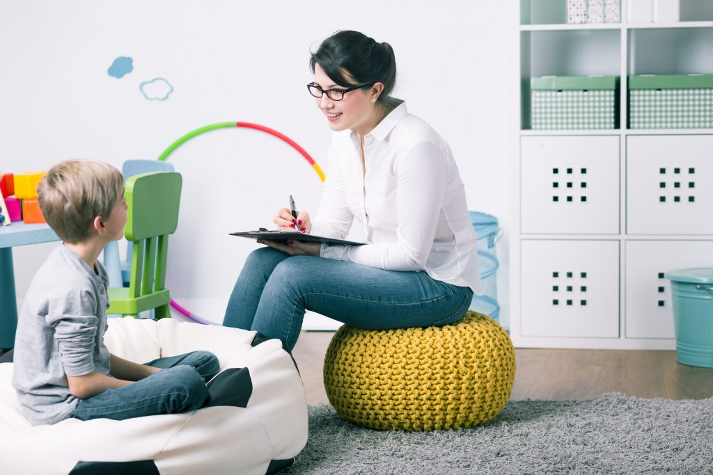 Nicht selten müssen betroffene Kinder zur Psychotherapie. Bild: Photographee.eu - fotolia