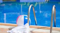 Im Freibad kann man sich schnell mit Fußpilz anstecken. Daher sollte immer an Badeschuhe gedacht werden. (Bild: hetwig/fotolia.com)