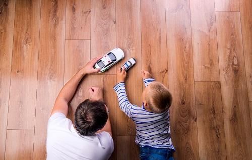 Väter sollten so viel Zeit wie möglich mit ihren Kindern verbringen. Denn das Zusammensein wirkt sich sehr positiv auf die Entwicklung aus. (Bild: Halfpoint/fotolia.com)