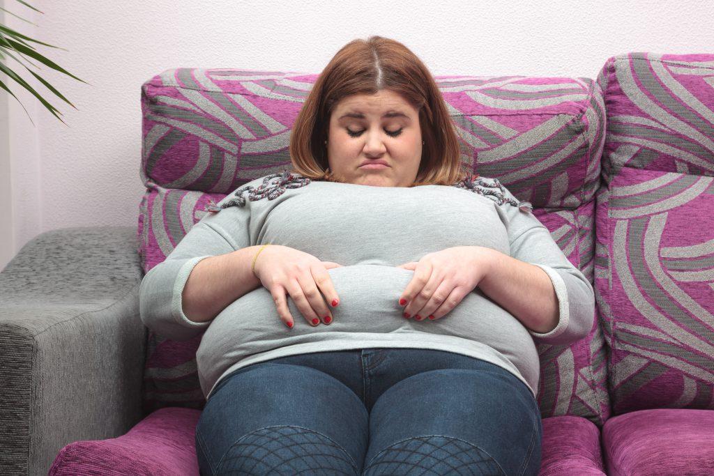 Übergewicht schadet der Gesundheit. Besonders Frauen sollten auf ein gesundes Körpergewicht achten. Durch Übergewicht steigt bei Frauen das Krebsrisiko massiv an. Alle zehn Jahre, die eine Frau übergewichtig ist, steigt das Risiko für Krebserkrankungen um etwa sieben Prozent an. (Bild: esolla/fotolia.com)