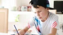 Die Zahl der Kinder mit ADHS hat in den letzten Jahren wieder zugenommen. Den Kleinen fällt es schwer, sich zu konzentrieren und ihre Impulse unter Kontrolle zu halten. Für Hausaufgaben und Spielen fehlt ihnen oft die Geduld. (Bild: S.Kobold/fotolia.com)