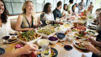 Wer abnehmen will, bekommt oft den Rat zu hören, nach 18.00 Uhr nichts mehr zu essen. Hilft der Verzicht aufs Abendessen aber wirklich bei der Gewichtsreduktion? (Bild: Rawpixel.com/fotolia.com)