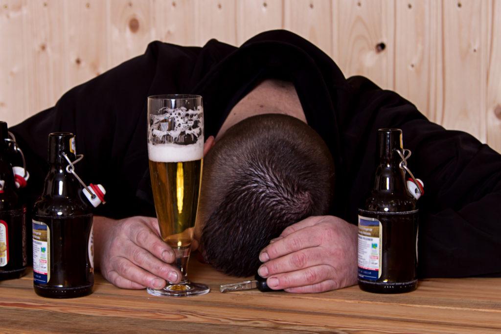 Übermäßiger Alkoholkonsum schadet unserer Gesundheit. Doch was bringt Alkoholiker eigentlich dazu, jeden Tag Unmengen an Alkohol zu trinken? Forscher fanden jetzt heraus, dass bei Alkoholikern eine wichtige Substanz im Gehirn fehlt. (Bild: Yvonne Weis/fotolia.com)