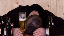Übermäßiger Alkoholkonsum schadet unserer Gesundheit. Doch was bringt Alkoholiker eigentlich dazu jeden Tag Unmengen an Alkohol zu trinken? Forscher fanden jetzt heraus, dass bei Alkoholikern eine wichtige Chemikalie im Gehirn fehlt. (Bild: Yvonne Weis/fotolia.com)