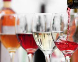 Viele Menschen gehen davon aus, dass ein moderater Alkoholkonsum als Schutz gegen Herz-Kreislauf-Erkrankungen dienen kann. Neue Studien zeigen jedoch, dass selbst wenig Alkohol das Herz nicht schützt. (Bild: Africa Studio/fotolia.com)