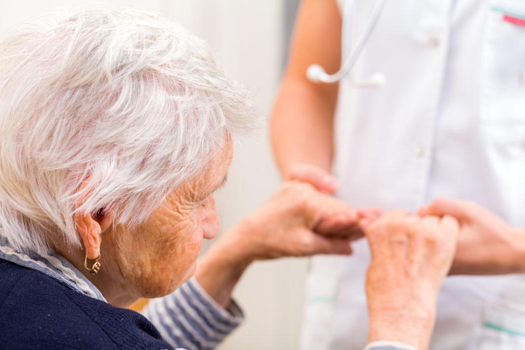 Eine Alzheimer-Erkrankung betrifft das Leben von vielen älteren Menschen. Für Betroffene und Angehörige stellt diese Krankheit eine sehr große Belastung dar. Forscher entdeckten jetzt, dass ein vorhandenes Medikament gegen Schmerzen bei der Menstruation helfen könnte, Alzheimer-Patienten zu behandeln. (Bild: Ocskay Bence/fotolia.com)