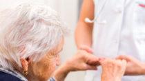 Eine sogenannte Alzheimer-Erkrankung betrifft das Leben von vielen älteren Menschen. Für Betroffene und Angehörige stellt diese Krankheit eine sehr große Belastung dar. Forscher entdeckten jetzt, dass eine vorhandenes Medikament gegen Schmerzen bei der Menstruation helfen könnte Alzheimer-Patienten zu behandeln. (Bild: Ocskay Bence/fotolia.com)