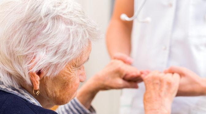Pflegerin kümmert sich um ältere Frau