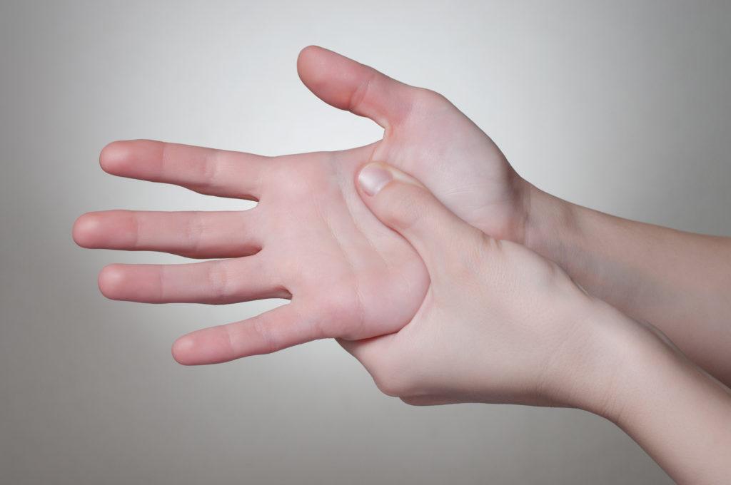 Bei steifen Fingern denkt man oft sofort an eine Arthrose. Doch die Beschwerden können auch auf eine rheumatoide Arthritis hinweisen. (Bild: Von Schonertagen/fotolia.com)