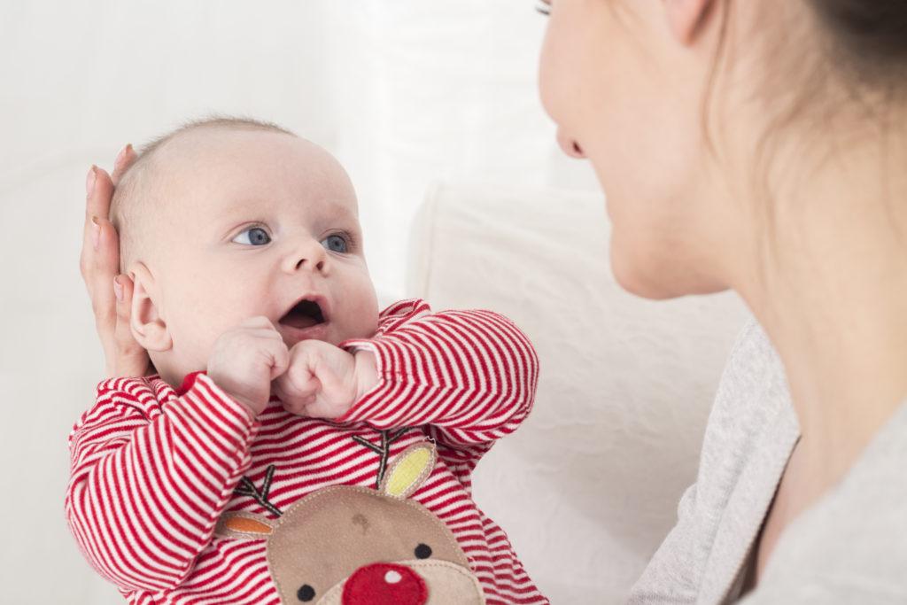Eltern, die auf ihr Baby und seine Laute reagieren, fördern die Lernprozesse des Nachwuchses. Dieses interaktive Engagement ist für die geistige Entwicklung des Kindes von großer Bedeutung. (Bild: Photographee.eu/fotolia.com)