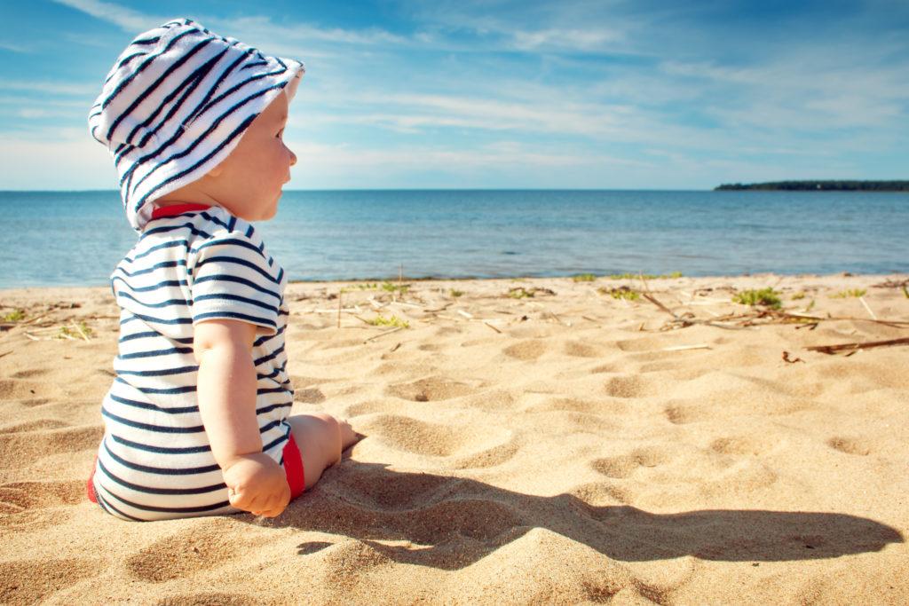 Kleine Kinder haben wesentlich weniger Schweißdrüsen als Erwachsene und sind daher deutlich hitzeempfindlicher. Experten raten zu einem besonderen Sonnenschutz für Babys. (Bild: candy1812/fotolia.com)
