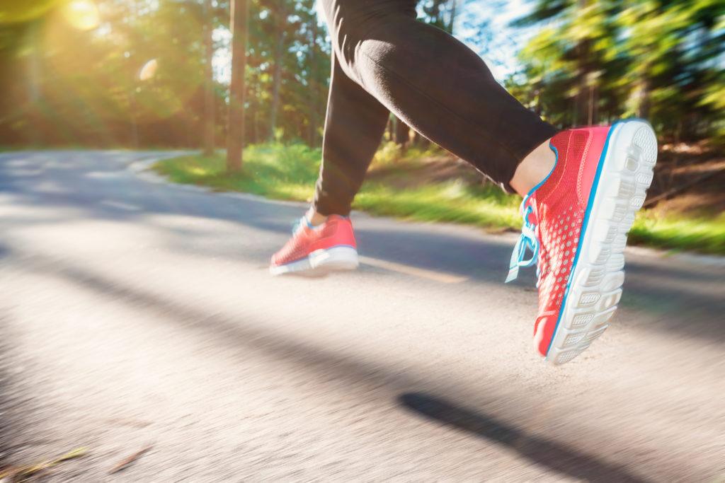 Gehören Sie auch zu den Menschen, die sich einfach viel zu wenig bewegen und dadurch Tag für Tag Ihre Gesundheit gefährden? Wissenschaftler stellten fest, dass ausreichende Bewegung uns vor fünf gefährlichen Krankheiten schützen kann. (Bild: Melpomene/fotolia.com)