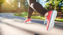 Gehören Sie auch zu den Menschen die sich einfach viel zu wenig bewegen und dadurch Tag für Tag Ihre Gesundheit gefährden? Wissenschaftler stellten fest, dass ausreichende Bewegung uns vor fünf gefährlichen Krankheiten schützen kann. (Bild: Melpomene/fotolia.com)