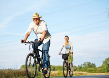 Osteoporose trifft vor allem ältere Menschen und hier vor allem Frauen. Es gibt jedoch Möglichkeiten, der tückischen Krankheit vorzubeugen. Helfen kann hier unter anderem körperliche Aktivität. Empfehlenswert sind unter anderem Nordic Walking, Wandern, Langlaufen oder Radfahren. (Bild: Robert Kneschke/fotolia.com)
