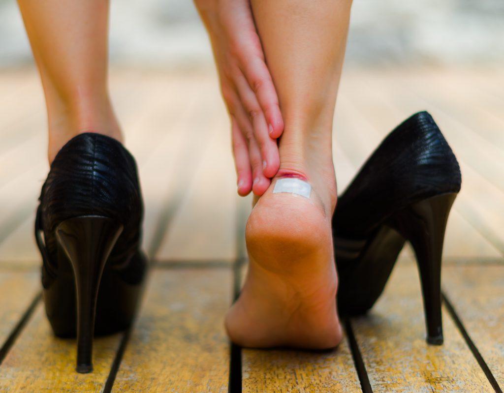 Blutblasen entstehen durch Druck und Reibung zum Beispiel bei ungeeigneten Schuhen. (Bild: Fotos 593/fotolia.com)