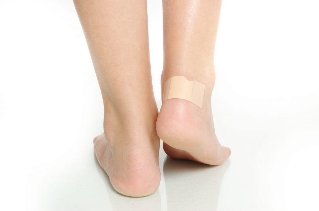Spezielle Blasenpflaster verhindern eine weitere Belastung der geschädigten Haut und fördern die Heilung. (Bild: Dron/fotolia.com)
