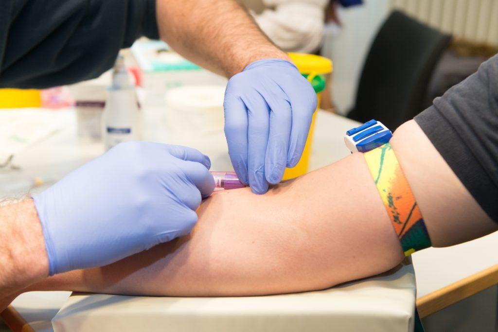 Viele Bundesbürger kennen ihre Blutgruppe nicht. Dieses Wissen ist zwar nicht unbedingt notwendig, weil Ärzte die Blutgruppe bei Bedarf ohnehin testen, doch es kann Aufschluss über persönliche Gesundheitsgefahren geben. (Bild: benjaminnolte/fotolia.com)