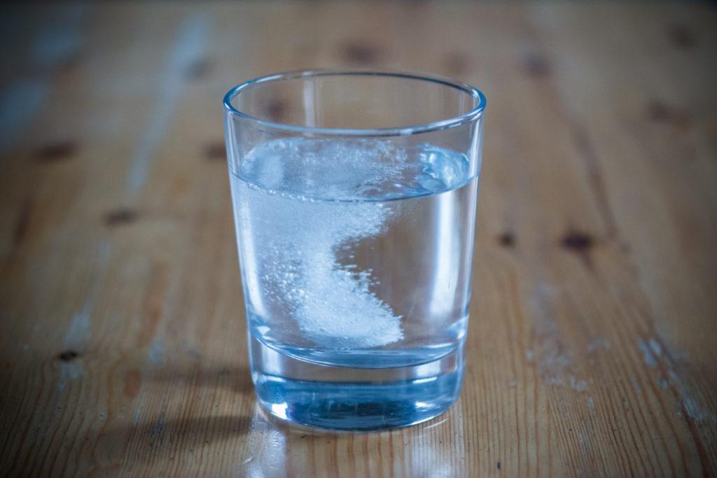 Brausetabletten weisen oft einen sehr hohen Natriumgehalt auf. Menschen mit Bluthochdruck sollten nur wenig Natrium zu sich nehmen und daher besser auf Tabletten oder Flüssigpräparate zurückgreifen. (Bild: Patrick Daxenbichler/fotolia.com)