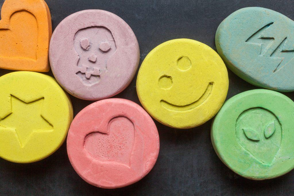 Eine 14-Jährige in Großbritannien bekam auf einer Party einen Kuss von einem Nachwuchsfußballer. Dabei wurde ihr eine Ecstasy-Tablette in den Mund geschoben. Das Mädchen reagierte so heftig, dass sie in ein künstliches Koma versetzt werde musste. (Bild: portokalis/fotolia.com)