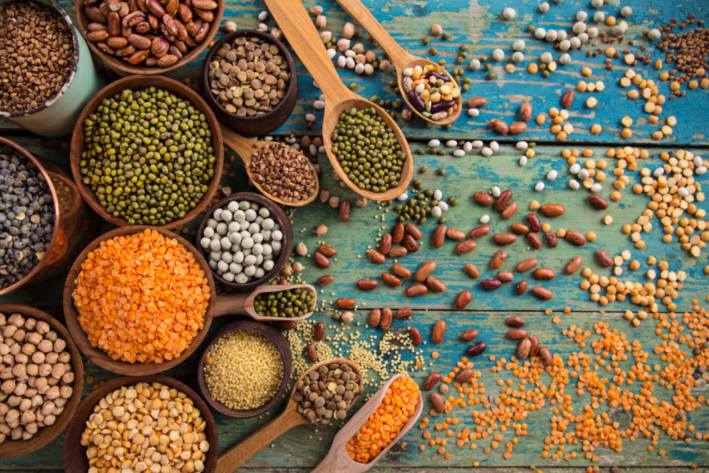 Ernährungsbewusste reduzieren auf ihrem Speiseplan oft Kohlenhydrate und setzen eher auf Proteine. Pflanzliche Eiweiße wie sie etwa in Hülsenfrüchten oder Getreide vorkommen, sind laut Wissenschaftlern gesünder als tierische. (Bild: Lukas Gojda/fotolia.com)