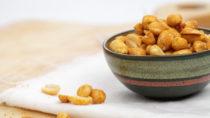 Der deutsche Discounter Lidl ruft in Großbritannien Erdnüsse und Joghurts zurück. Auf den Packungen der betroffenen Produkte ist nicht auf Englisch angegeben, dass sie Nüsse beziehungsweise Milch enthalten. (Bild: Quade/fotolia.com)