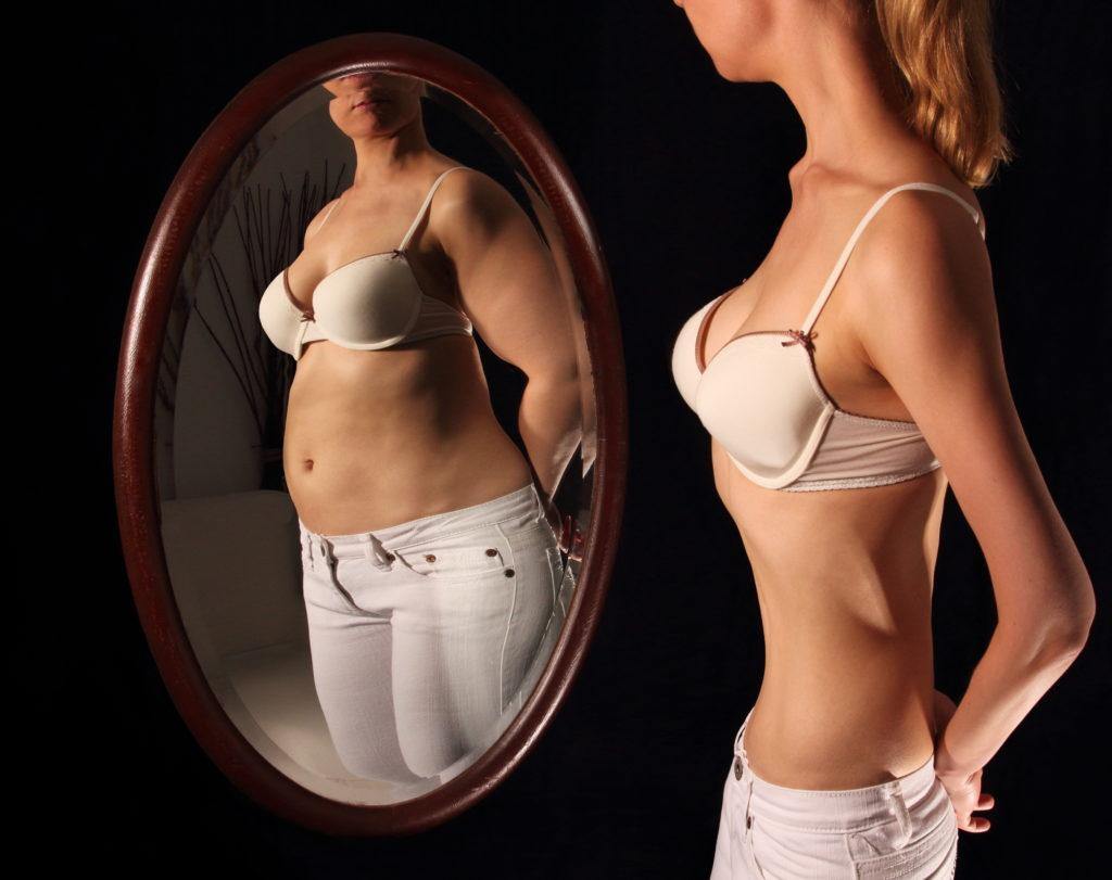 Essstörungen in Form der Magersucht gehen meist mit einer gestörten Selbstwahrnehmung einher und Betroffene empfinden sich trotz Untergewicht als zu dick. Werden Anzeichen eine Essstörung festgestellt, sollte Betroffene vorsichtig darauf.angesprochen werden. (Bild: RioPatuca Images/fotolia.com)