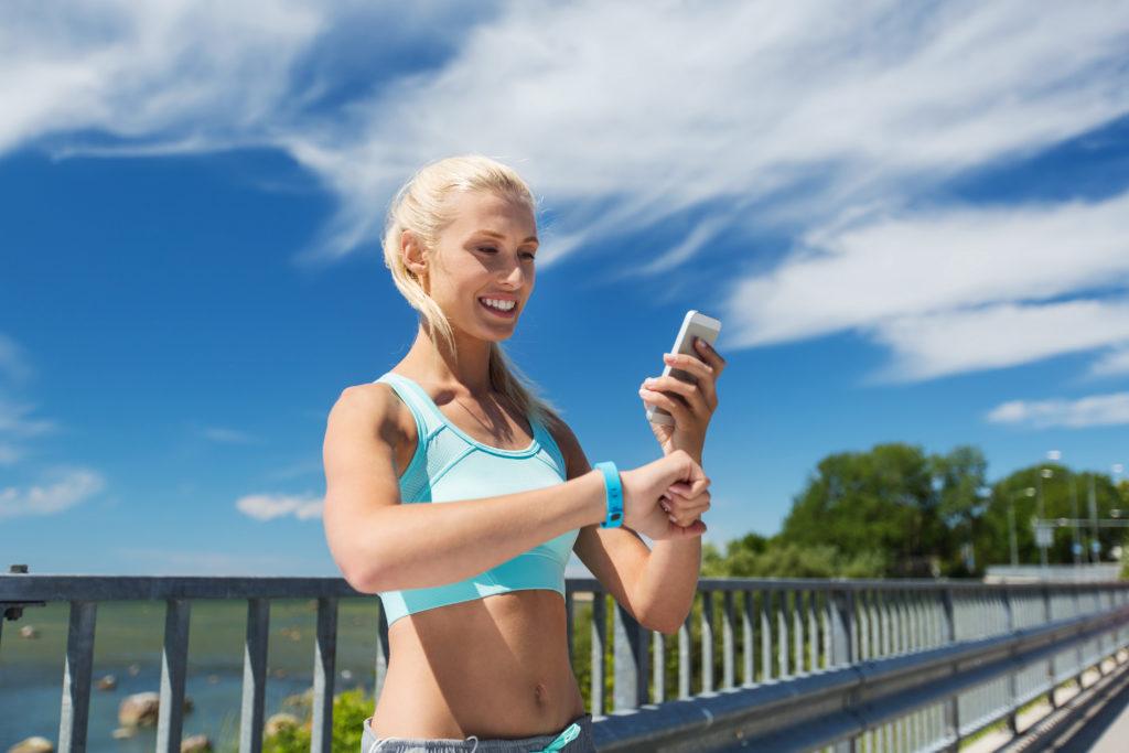 Immer mehr Menschen nutzen beim Sport Apps und technische Gadgets. Die Techniker Krankenkasse erwägt nun, Fitnesstracker in ihr Bonusprogramm zu integrieren. (Bild: Syda Productions/fotolia.com)