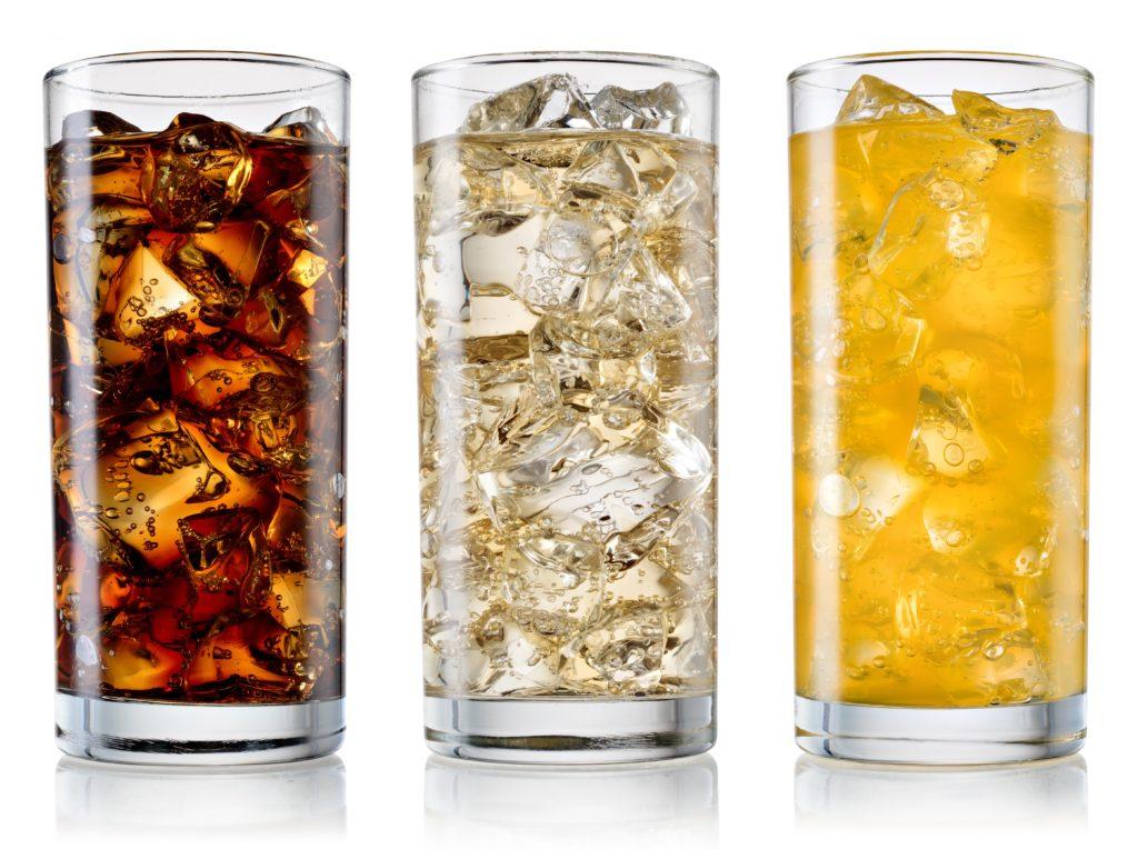 Die Verbraucherorganisation Foodwatch hat 500 sogenannte Erfrischungsgetränke auf ihren Zuckergehalt geprüft. Rund die Hälfte ist demnach zu süß. (Bild: Tim UR/fotolia.com)