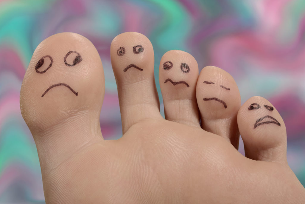 Über zwei Drittel der Bevölkerung hat schon einmal Fußpilz gehabt. Viele setzen bei der Behandlung der Krankheit auf Hausmittel. Manche meinen, diese helfen nicht und raten daher zu Medikamenten. (Bild: gradt/fotolia.com)