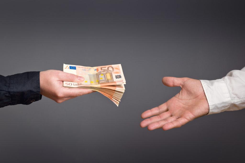 Wer oft Geld in den Händen hat, sollte sich regelmäßig die Hände waschen. Denn vor allem auf Scheinen tummeln sich zahlreiche Erreger. (Bild: Bits and Splits/fotolia.com)