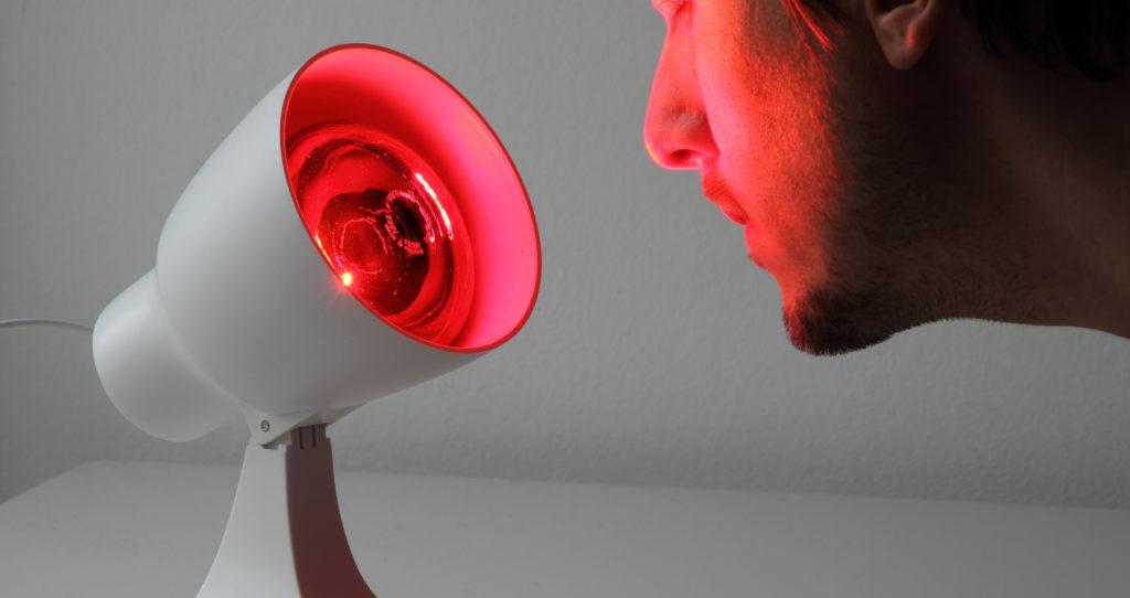 Die Bestrahlung mit Rotlicht kann die Öffnung des Gerstenkorns beschleunigen. (Bild: Jürgen Fälchle/fotolia.com)