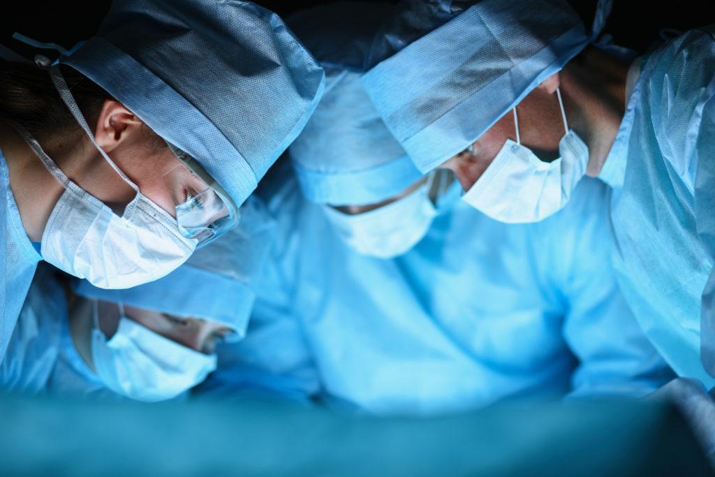 In den USA haben Ärzte einem Mann in einer 26-stündigen Operation ein neues Gesicht, Kopfhaut und Ohren verpflanzt. Der Feuerwehrmann hatte bei einem Einsatz schwerste Verbrennungen erlitten. (Bild: s_l/fotolia.com)